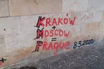 Neznámý vandal znovu posprejoval Karlův most.