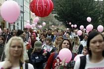 Devátého ročníku Pochodu proti rakovině prsu se zúčastnilo přes pět tisíc lidí.
