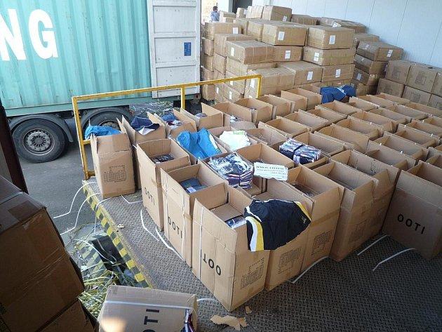 Do skladů, kde zásilka počká na konečné vyřešení případu, celníci převezli značné množství podezřelého textilu.