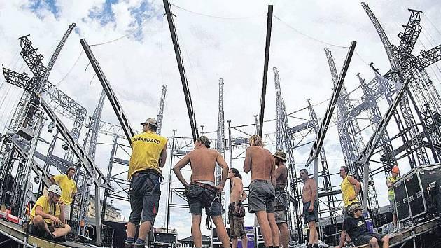 VELKÉ PŘÍPRAVY. Pódium pro koncert britské rockové skupiny Genesis stavěli včera dělníci na parkovišti před Sazka Arenou. Fanoušci skupiny se na koncert těší, obyvatelé Vysočan i místní radnice se však obávají hluku.