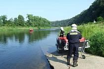 Podle scénáře se mělo do vody pod elektrárnou ve Štěchovicích dostat 150 litrů oleje