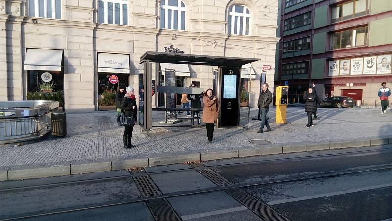Přístřešek MHD na Palackého náměstí v majetku firmy JCDecaux.