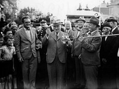Primátor Karel Baxa slavnostně otevřel první trolejbusovou linku Hanspaulka-Ořechovka v roce 1936.