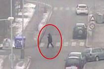 Muž zkoušel, jestli jsou auta zamčená.