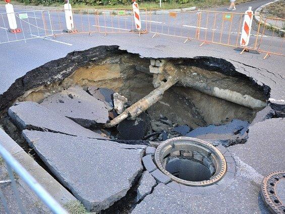 V Prosecké ulici se propadla vozovka, kráter je hluboký tři metry