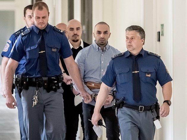 Armin a Arash Nahvi jsou vedeni ksoudu 30.dubna 2019vpřípadu napadení čišníka vcentru Prahy.