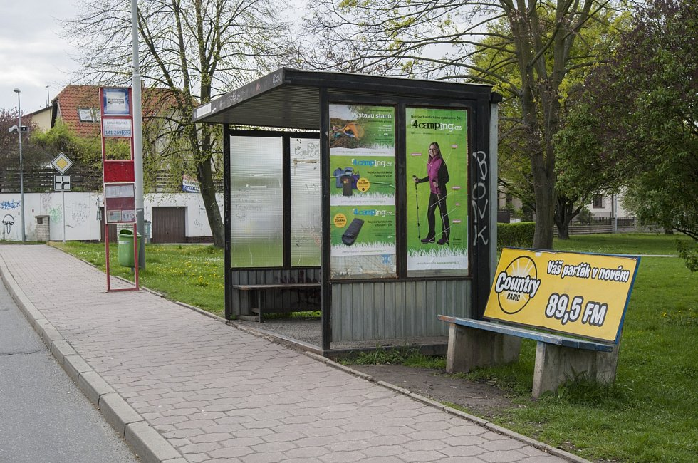 Ilustrační foto staré autobusové zastávky, Praha Horní Počernice, 13.4.2017