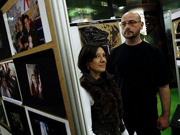 O PÁDU A NADĚJI. Zpěvačka Marie Rottrová a streetworker Projektu Šance László Sümegh na výstavě fotografií projektu, která byla zahájena 24. listopadu v Praze.