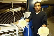 Libanonec Ousama Hadrous je majitelem pekárny v bývalém statku v ulici K Rybníčku v Praze-Satalicích. Hluk z podniku vadí majiteli sousedního rodinného domu.