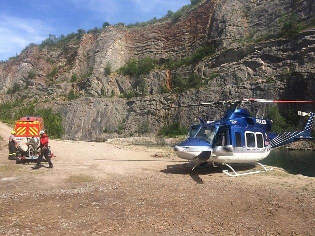 Zraněnému vlomu musel pomáhat vrtulník