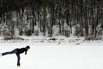 Díky nízkým teplotám si lidé mohli přijít zabruslit na pražskou Hostivařskou přehradu 4. ledna.