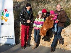 Rekordním návštěvníkem Zoo Praha sčíslem 1400000 se stal pan Luboš Holan zPrahy svnoučaty Jesicou a Claudií.