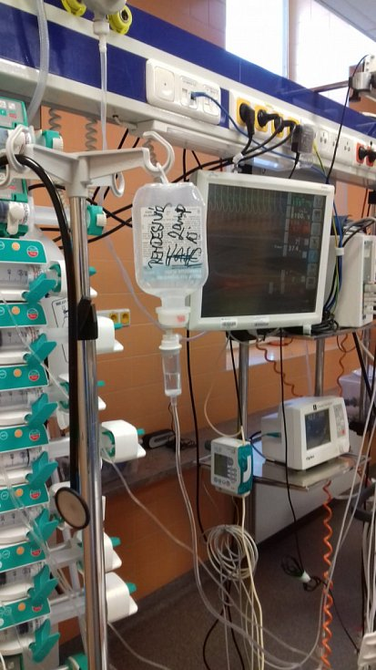 Remdesivir dostal první pacient ve Všeobecné fakultní nemocnici. Podává se nitrožilně.