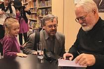 Pro podpis přišli velcí i malí. Populární spisovatel Robert Fulghum rozdával v úterý odpoledne autogramy v Paláci knih Luxor. Nechat si podepsat jeho knihy přišli nejen pražští čtenáři, ale i jeho příznivci z různých koutů Česka.