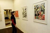5. PATRO. Návštěvnice nové Galerie 5. patro si prohlížejí výstavní prostory, kde byla pod názvem Trouble Every Day otevřena expozice autorů Anežky Hoškové a Josefa Bolfa.