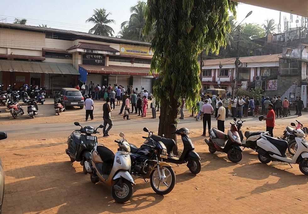 Goa v době zákazu vycházení. Fronta před obchodem.