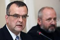 DOHODA. Ministr financí zašle dopis pražskému primátorovi, ve kterém ho požádá o zvýšenou pozornost při rozdělování kulturních grantů. Petr Kratochvíl za to ustoupí od mezinárodní arbitráže s Českou republikou.