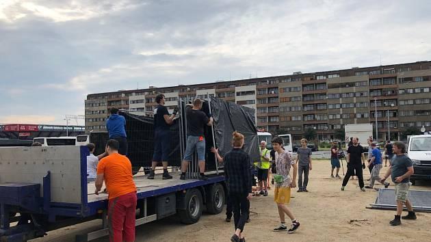 Přípravy na demonstraci na Letné jsou v plném proudu