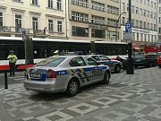 Policie zastavuje provoz na Národní třídě.