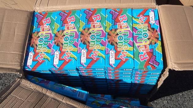Při kontrole zásilky dovážené z Číny zajistili celníci v závěru minulého týdne bezmála 16 tisíc balení napodobenin zboží značky Rainbow Loom