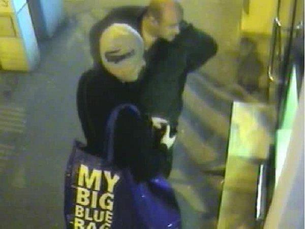 Dva neznámí muži se neúspěšně pokoušeli zbankomatu na Plzeňské ulici vybrat zodcizené platební karty tisíc korun.
