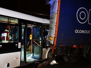 Vážná nehoda autobusu v Horních Počernicích