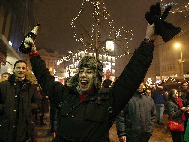 Centrum Prahy bude s oslavami konce letošního roku opět turisticky velmi frekventovaným místem. Je zatím otázka, zda zůstane po oslavách pouze u dobré nálady. Minulé roky hovoří i o řadě zbytečných tragédiích.