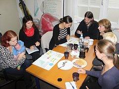 V holešovické kanceláři neziskové organizace Alternativa 50+ představila svou dosavadní práci ředitelka neziskovky Linda Sokačová (vlevo) za asistence čtrnáctidenního Damiána.