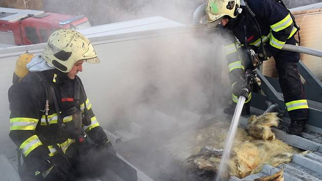 Hasiči zasahovali u požáru průmyslové haly.