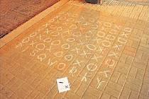 Během jedné noci se minulý týden objevily křížky a kolečka na asi dvanácti frekventovaných místech v Praze.