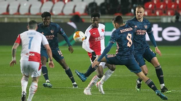 V minulé sezoně skončila pouť Slavie evropskými poháry proti Arsenalu (na snímku). Ta nová začne v Maďarsku nebo Litvě.