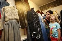 Barrandovské studio zpřístupňuje veřejnosti po tři soboty počínaje 16. červencem sbírku svých kostýmů z filmů a televizních seriálů.