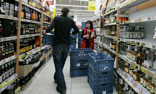 Sklízení alkoholu z regálů hypermarketu