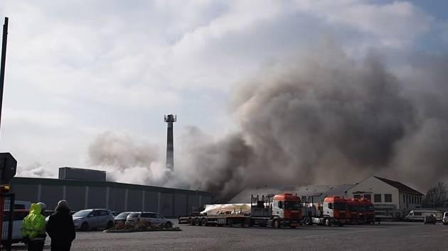 Likvidace požáru v průmyslovém areálu v Mochově na Praze-východ.