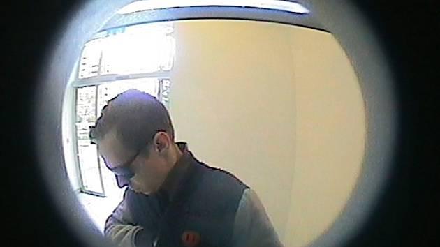 Muž, který z odcizené karty vybral z bankomatu více než čtvrt milionu.