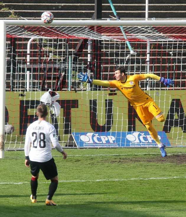 Utkání fotbalové FORTUNA:LIGY mezi Pardubicemi a Spartou skončilo 2:2.