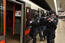 V prostorách přestupní stanice metra Florenc proběhlo námětové cvičení složek Integrovaného záchranného systému, jehož pořadatelem byla pražská policie.