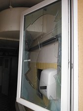 Výtržník rozbíjel okna
