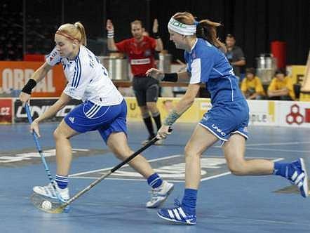 Běž! Vlevo Berenika Prádlerová (Chodov), vpravo Anežka Karásková Děkanka); TJ JM Chodov - Děkanka, Florbal Czech Open 2007.