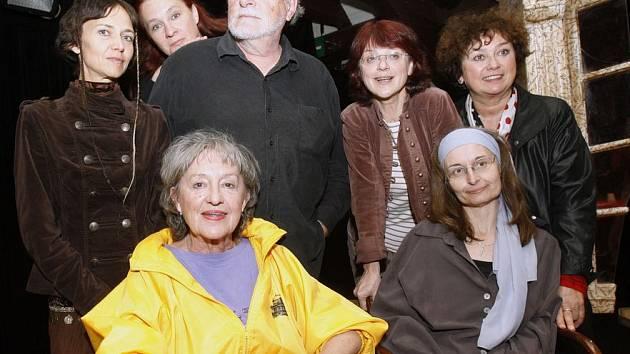 PLÁČ. Vlevo dole Nina Divíšková a Lenka Lagronová, za nimi zleva Klára Langová (výprava představení), Eva Salzmannová, Jan Kačer, Taťjana Medvecká, Jana Boušková.