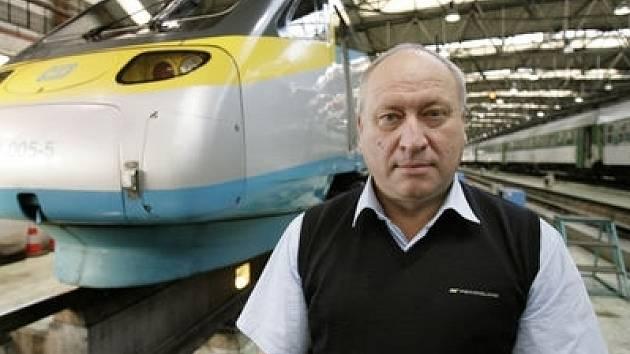 Pendolinem na Moravu. Čestmír Krčál začínal jako strojvedoucí na lokomotivách přezdívaných Žehlička, Pomeranč a Bobina, dnes jezdí už třetím rokem s Pendolinem do Ostravy a Břeclavy.