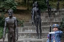 PIETNÍ SHROMÁŽDĚNÍ k uctění památky obětí komunismu se v pondělí konala také u Památníku obětí komunismu na Újezdě.
