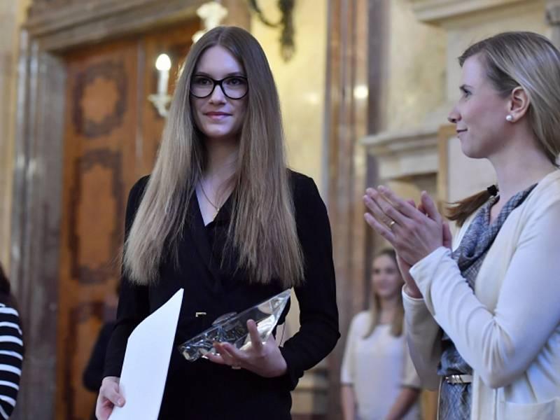 Kateřina Vernerová (na snímku), dcera šikanované učitelky Ludmily Vernerové ze Střední průmyslové školy Na Třebešíně v Praze, která zemřela loni v lednu, převzala od ministryně školství Kateřiny Valachové.