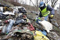 Bezdomovci pomáhali s úklidem míst pod Barrandovským mostem.