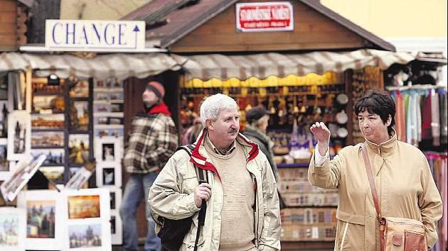 Stánky se z pražkých ulic vytrácejí. Obchodníci se stěhují do kamenných obchodů.