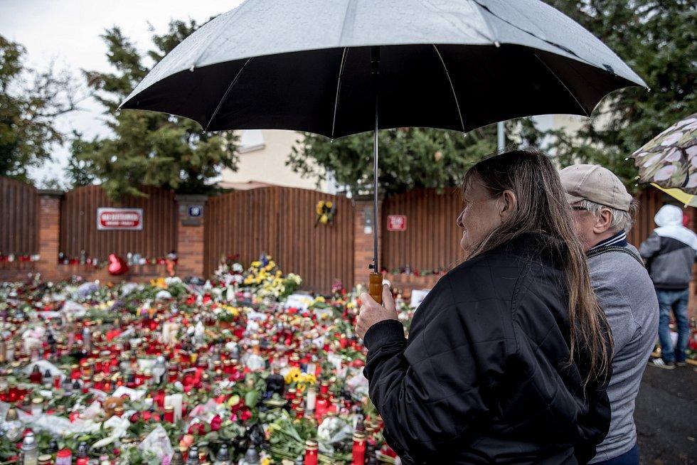 Lidé přicházeli uctít památku zemřelého zpěváka Karla Gotta před jeho vilu na pražské Bertramce i 3. října 2019.