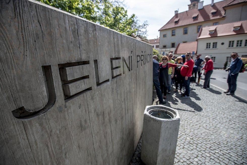 Fronty turistů před Pražským hradem dopoledne 3. května. Na snímku vstup přes Jelení příkop.