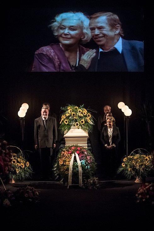 Lidé se přicházeli 5. října rozloučit do pražského divadla ABC s herečkou Květou Fialovou. Na snímku stráž drží Jiřina Bohdalová