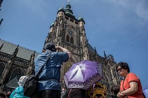 Pražský hrad 31. května v Praze. Turisté před katedrálou sv. Víta.