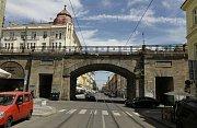 Alois Negrelli  Viadukt nese jméno svého hlavního stavitele Aloise Negrelliho (1799 1858). Průkopník budování železnic v Rakousku-Uhersku, včetně prvních českých drah, se narodil do italské rodiny v Jižním Tyrolsku. Podílel se také na projektu Suezského p